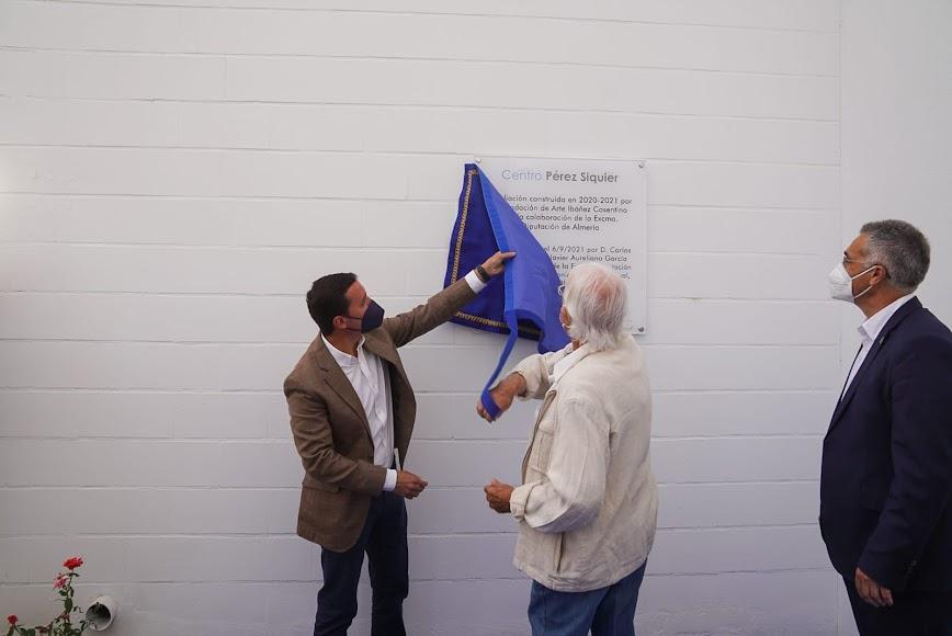 Pérez Siquier junto a Javier A. García, presidente de la Diputación, el pasado 6 de septiembre inaugurando el nuevo edificio del museo de Olula del Río que lleva su nombre.