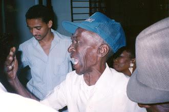 Photo: Chan, directeur de la Conga de Los Hoyos, chante une rumba à l'occasion de l'Hommage qui lui est donné à la Casa del Caribe - janvier 1993