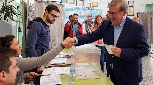 Los candidatos socialistas votan pidiendo participación