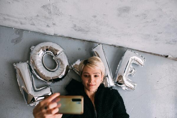 Comment prendre une Selfie : 15 astuces qui feront la différence