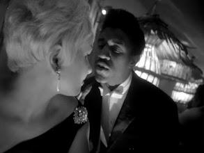 """Photo: A sequência do bar em """"Eu Sou Cuba"""" onde um ator canta uma das canções citadas no episódio #22 do Podcast Filmes Clássicos."""