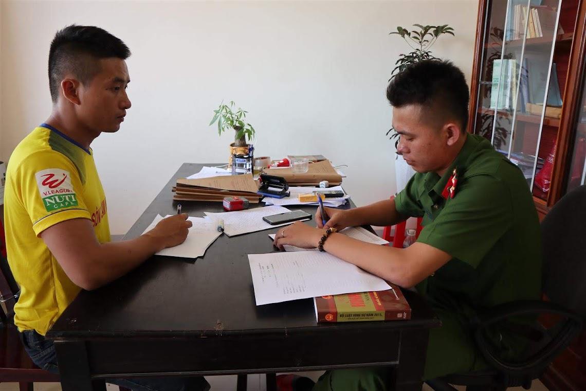Cán bộ Đội Cảnh sát ĐTTP về Hình sự, Kinh tế, Ma túy, Công an huyện Nam Đàn lấy lời khai đối tượng Vương Thúc Đình