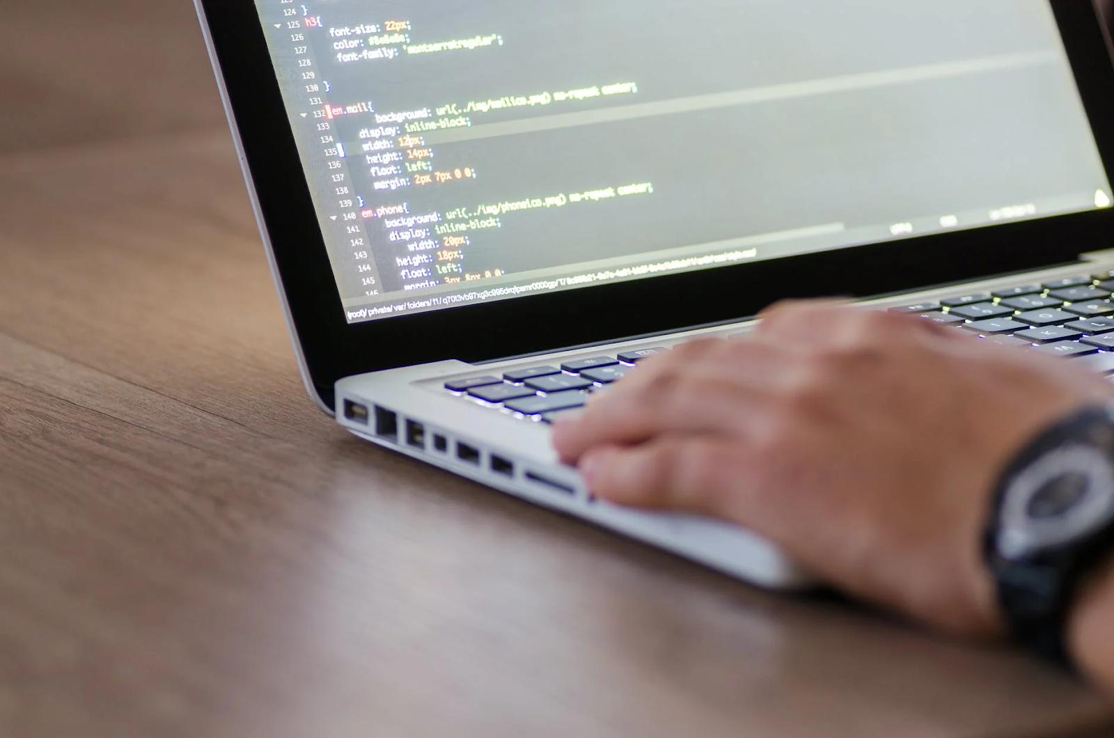 Pessoa programando em um notebook - Comandos básicos da programação