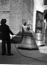 Photo: 1945-1950 foto's van het terughangen van nieuwe klokken in de Martinus na de 2e wereldoorlog...