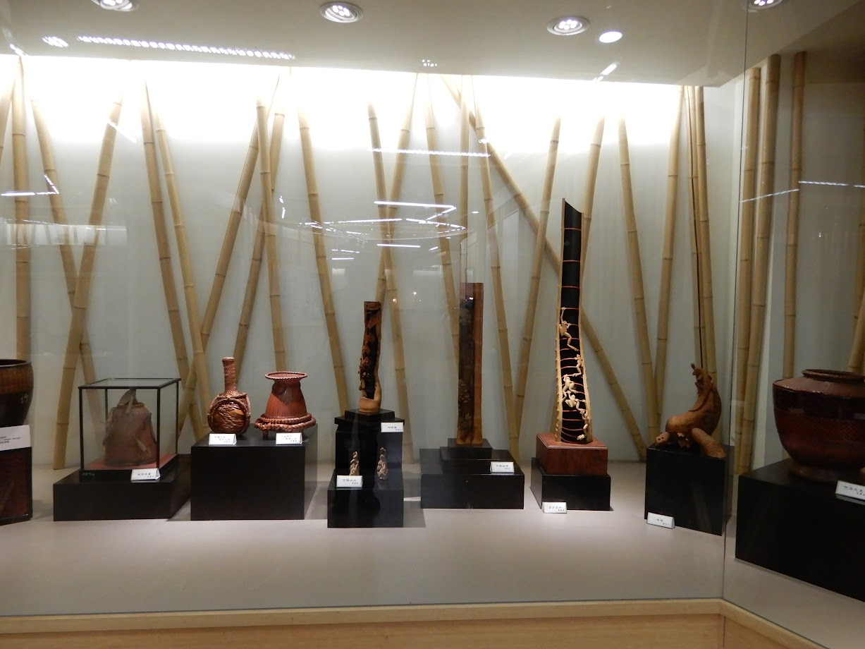 竹のオブジェ、水差しなど