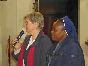 Photo: Schwester Christa Petra stellt Schwester Mercy vor