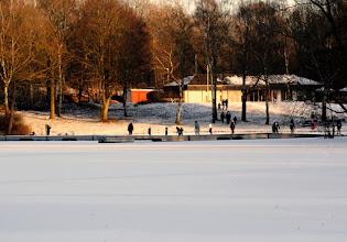 Photo: Nach tagelangen zweistelligen Minusgraden und weiterhin klirrendem Frost sind große Teile des Großensees zugefroren. Erste Schlittschuh- und Eishocky-Fans vergnügen sich am Rande des Südstrands. Das Betreten des Großensees ist insgesamt weiterhin gefährlich, weil viele Flächen von Vögeln und Enten eisfrei gehalten werden und durch warme Quellen noch offen sind!