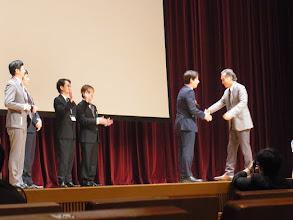 Photo: 1位のメダルはもちろん山崎会長から、田ヶ原先生へ