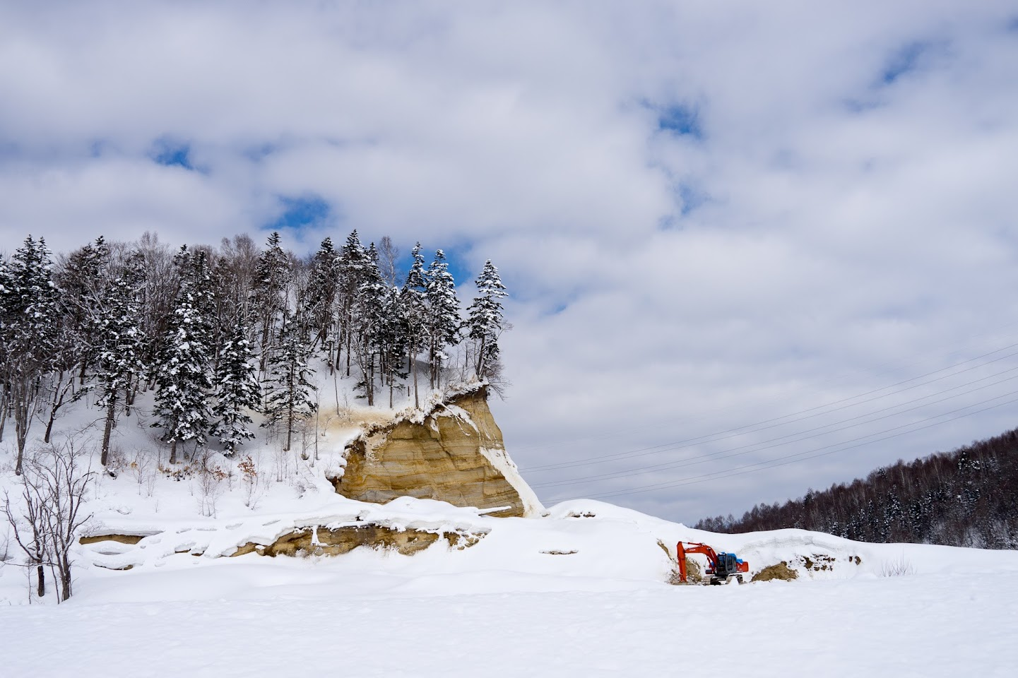山を切り崩した山肌が浮かび上がる不思議な風景