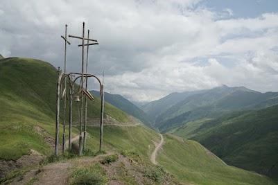 Gipfelkreuz oberhalb des 2676m hohen Datvisvri Passes.