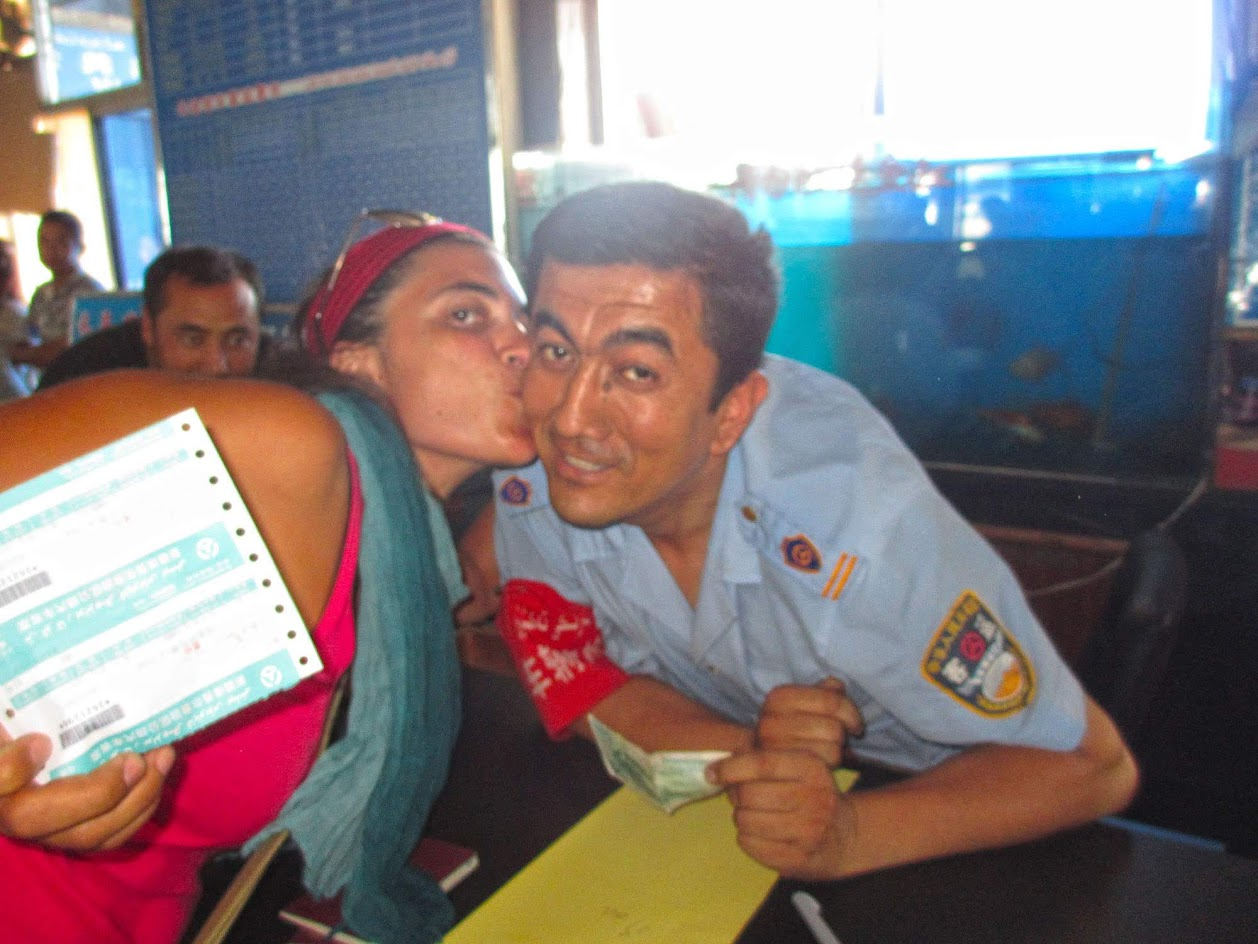 Visitar KASHGAR - Como é que eu acabo esta história agarrada aos beijos a um polícia chinês? | China