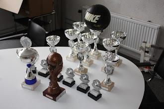 Photo: het prijzenarsenaal van 6-a-side 2011