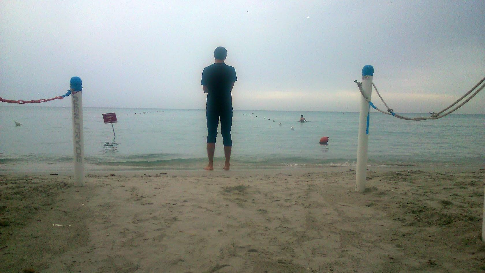 Пляж Ла Чинта. Влад любуется морем
