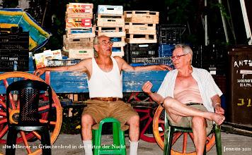 Photo: alte Männer in Griechenland in der Hitze der Nacht