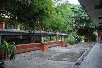 Photo: Kawasan rehat pelajar SRIH. Keadaan pada Disember 2010. Kanan Bangunan Taqwa (kedai SRIH) dan kanan Bangunan Amanah (4 tingkat).