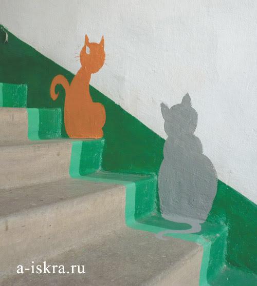 Подъезд её дома украшают нарисованные кошки и мышки