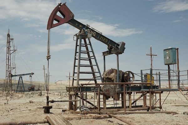 Was aussieht wie ein Haufen Altmetall, pumpt unablässig Öl aus dem Boden.