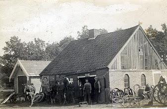 Photo: Smederij Kamps aan de Stationsstraat 1, links lijkwagenhuisje
