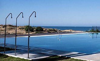 Área da piscina e chuveiros