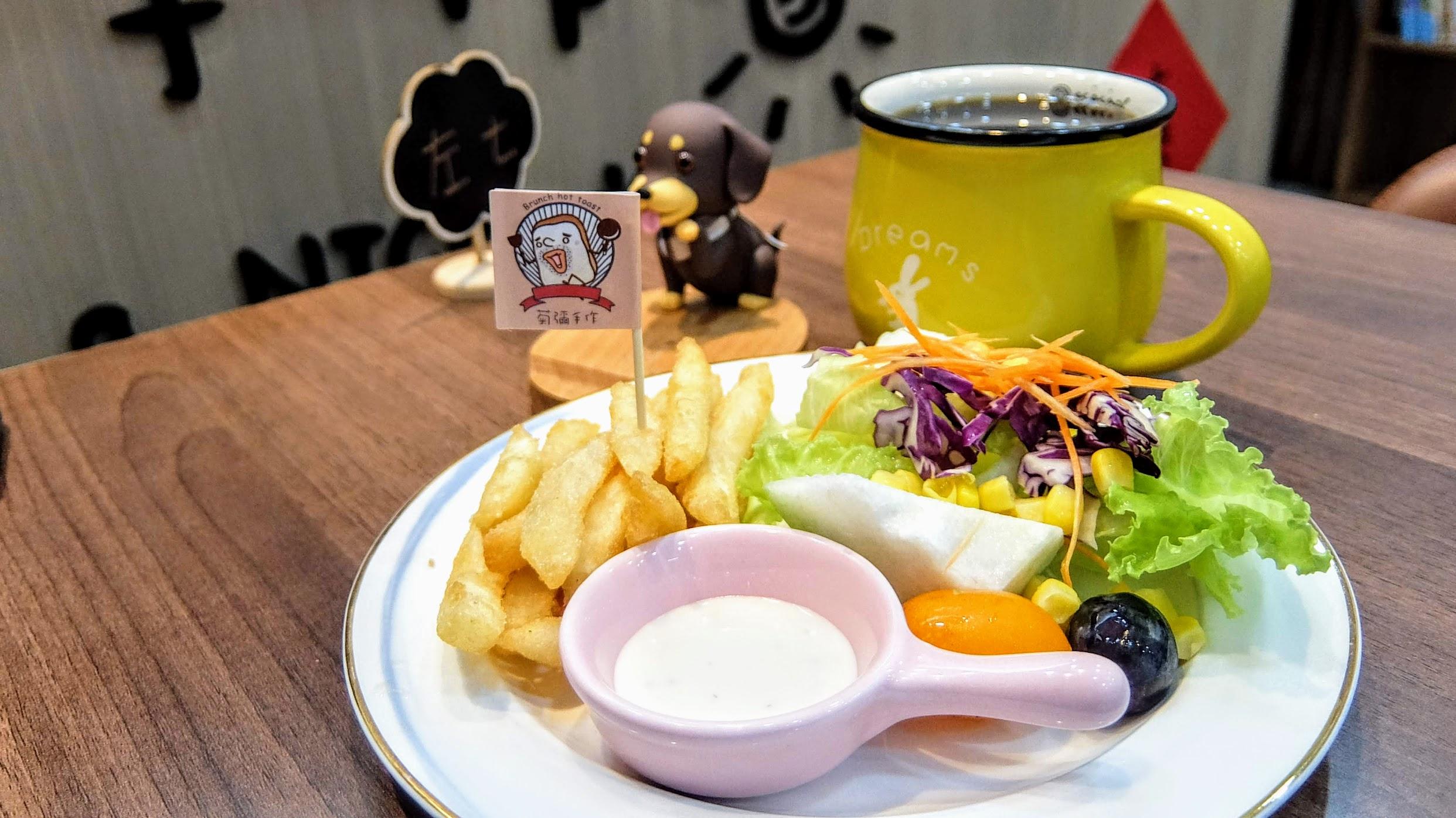這是A套餐裏頭附上的餐點,有水果/沙拉/薯條/紅茶等