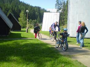 Photo: Pomerne náročný výstup na chatu,ale rodinne založení cyklisti to zvládli