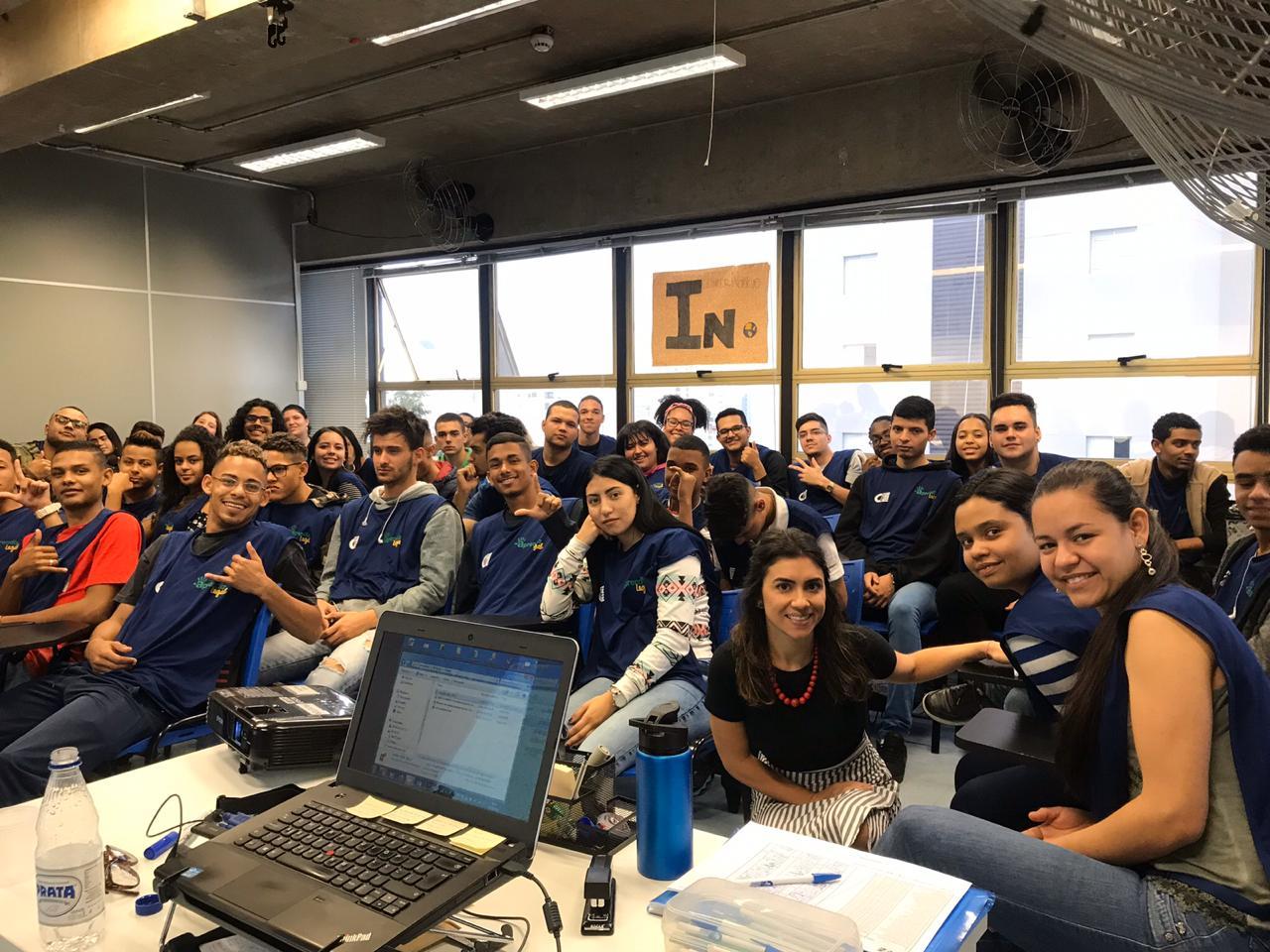 Silvia com turma de alunos do CIEE, onde realizou uma atividade como Embaixadora do Politize!