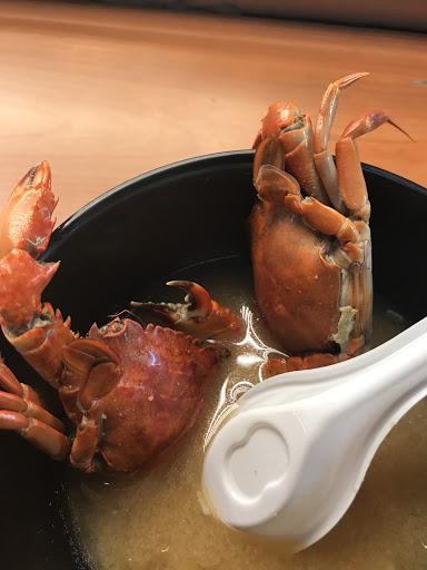 每次來吃味增湯都充滿驚喜  這次是兩隻螃蟹  真的超值 老闆做的壽司的真的我吃過最好的