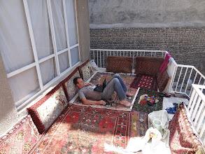 Photo: Naše první kroky vedly do Mashhadu, druhého největšího města Íránu. Ubytování jsme našli pána, který se dříve zabýval prodejem koberců.