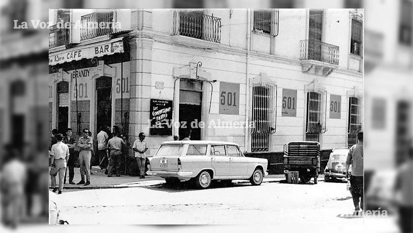 Esquina del  puerto rico y acera de la calle García Alix. Los hombres se agolpaban en la puerta dejándose llevar por la rutina.
