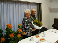 Photo: Voor mevrouw Horsten nog een mooi oranje boeket en samen op de foto.