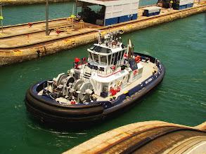 Photo: #019-Les remorqueurs du canal de Panama à l'écluse Gatun