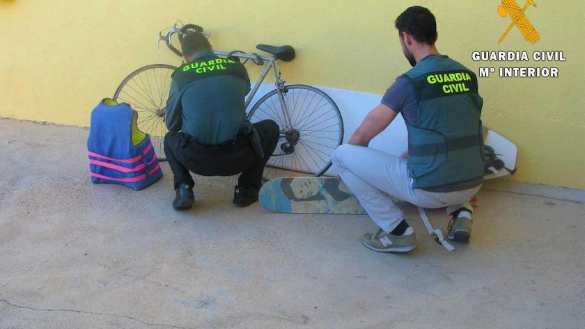 Agentes de la Guardia Civil con algunos de los útiles recuperados.