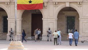 Salida de la pareja de actores desde la puerta principal del Ayuntamiento.