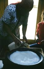 Photo: 03155 ブルド/ハスバータルイ家/乳製品作り/ビャスラグつくり/羊・山羊乳/完成したウルムをはがして鍋に残った脱脂乳に酸乳であるタラグを加える。袋に入れて水分を除き、カゼイン凝固している部分を取り出す。