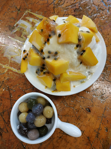 One of the most delicious desserts I ever eaten in Taiwan. A great combination of sweet mango and pa