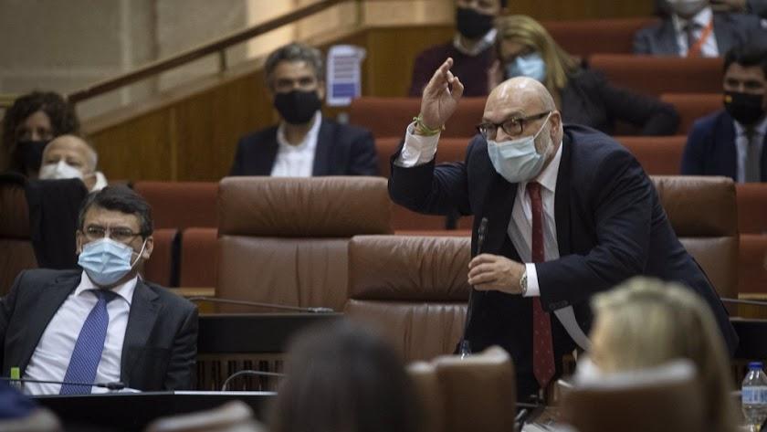 Las palabras de Susana Díaz han provocado la reacción airada del portavoz parlamentario de Vox, Alejandro Hernández.