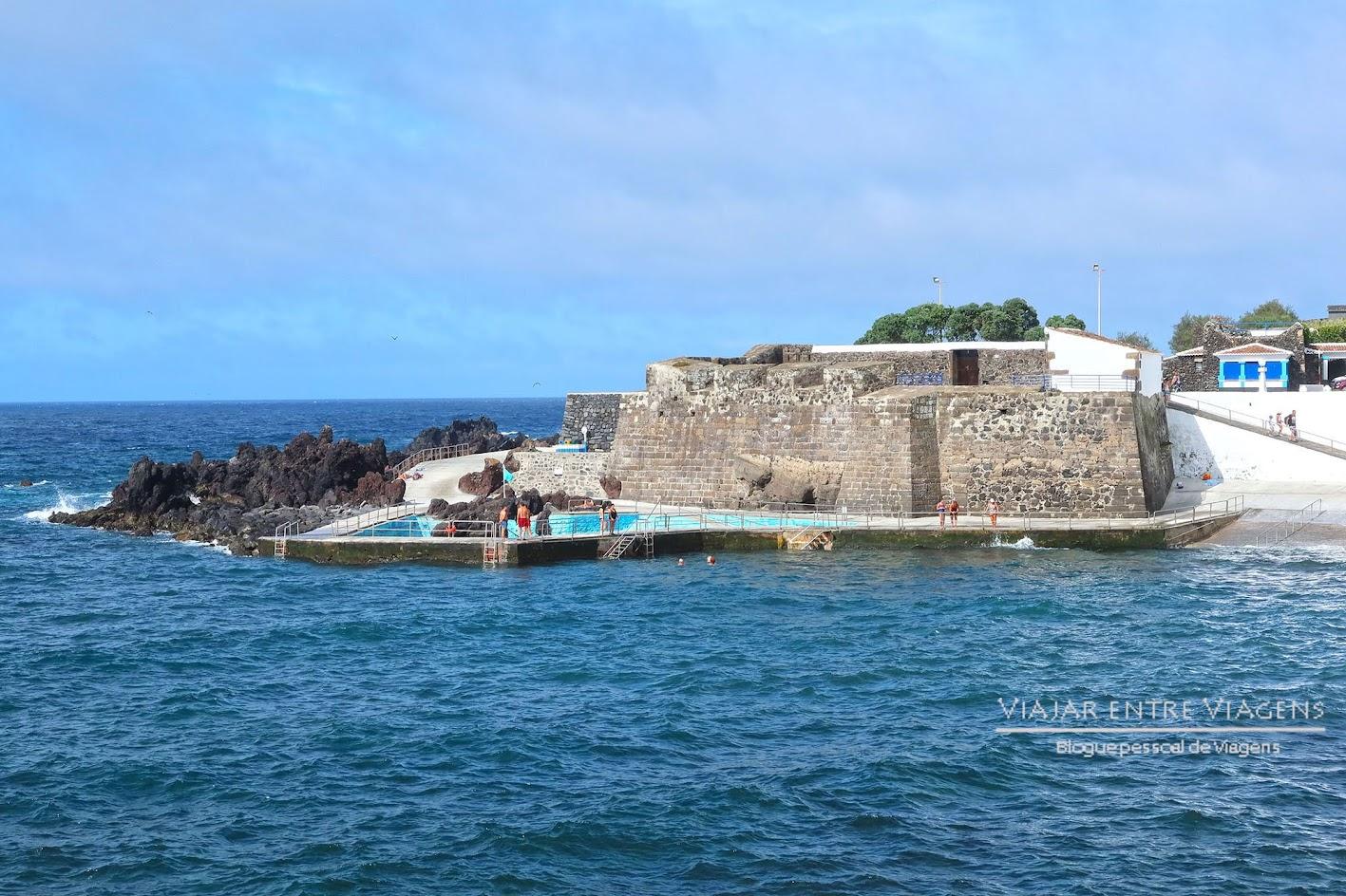 Desfrutar das piscinas naturais de Negrito, na ilha Terceira