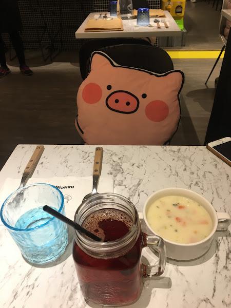 沙拉、湯品及麵包都很不錯 豬肉的部分彈牙多汁,香氣十足 整體價格也很親民 非常不錯的小餐館