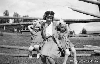 Photo: Järnvägsstationen i Vasselhyttan. Fallet, brevbärar-Astrid och Kerstin o Karin Pettersson 1945