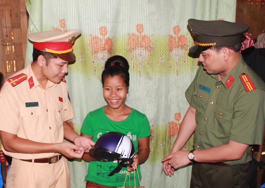 Đoàn thanh niên Bộ Công an tặng mũ bảo hiểm cho người dân