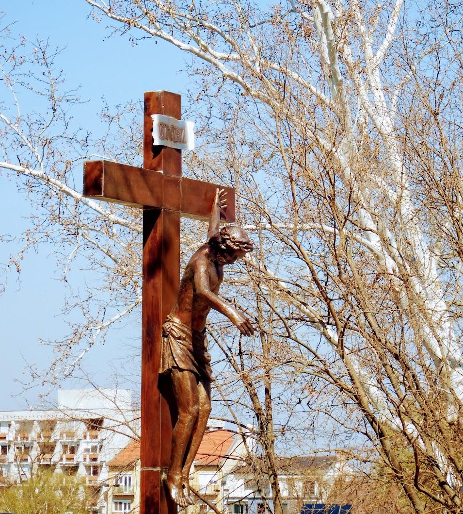 Győr - Mindenki Krisztusa a Káptalandombon, a Püspökvár előtt