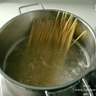 Spaghetti With Cheese, Oil And Pepper