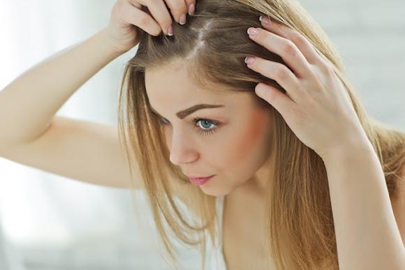 頭皮を確認する女性