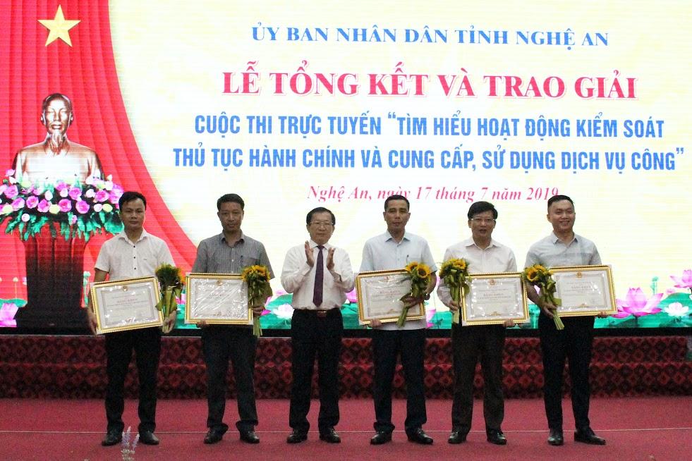 Đồng chí Đinh Viết Hồng, Phó Chủ tịch UBND tỉnh trao Bằng khen cho 5 tập thể