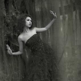 dancing in the dark by Yanwar Afandy - People Fashion