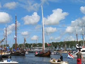 """Photo: Oud (Botter) en nieuw (de 'Dwinger' uit Nederland met moderne """"aerorigg"""" systeem) ."""