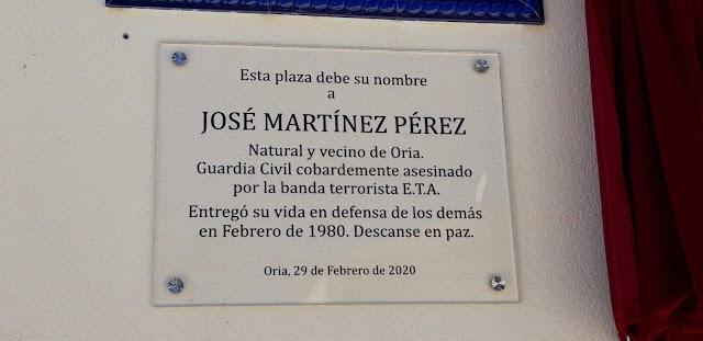 La placa que da nombre a la plaza.