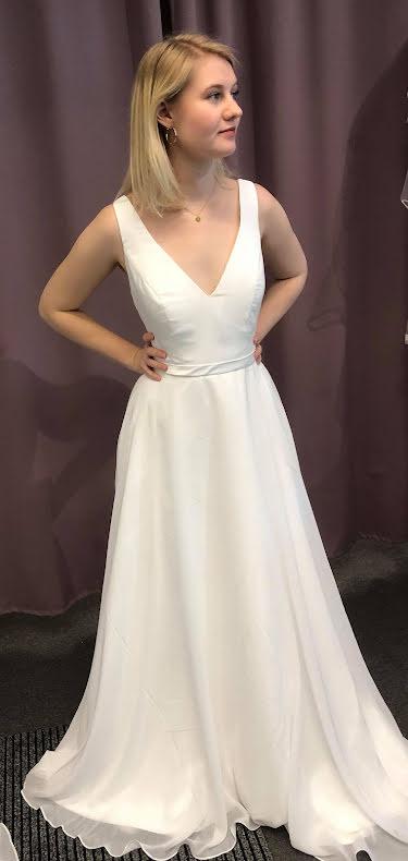 Chiffongklänning med vacker passform och rygg i U-form
