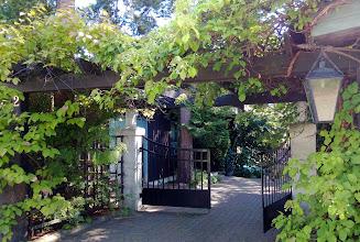 Photo: Villa Hemfridin puutarhan sisäänkäynti