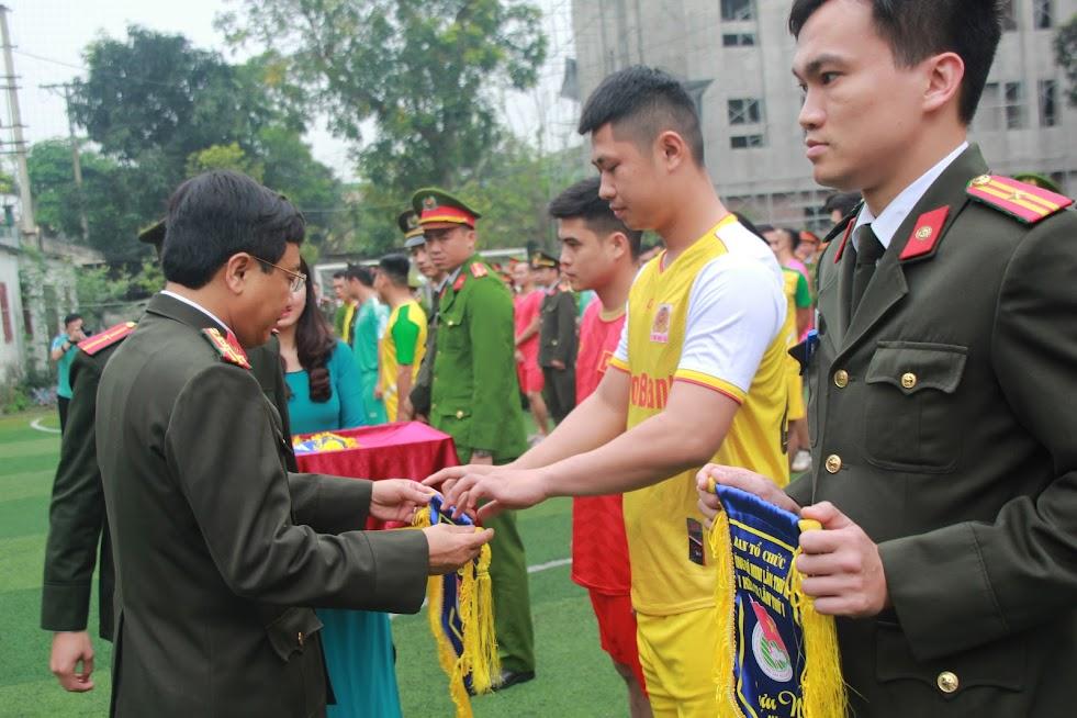 Đồng chí Đại tá Hồ Văn Tứ, Phó Giám đốc Công an tỉnh trao cờ lưu niệm cho các đội bóng